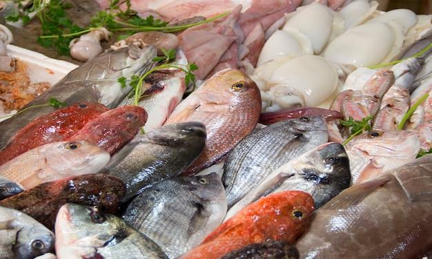 Pesce misto da vendere su una fine locale del mercato ittico su