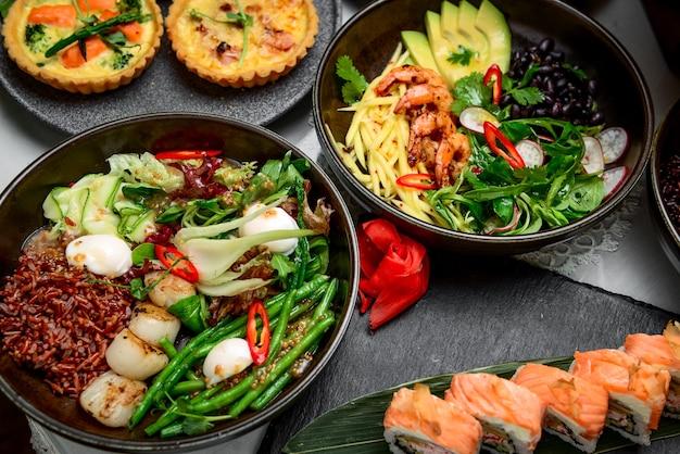 Cibo misto, ci sono diversi piatti sul tavolo del ristorante, per persone diverse