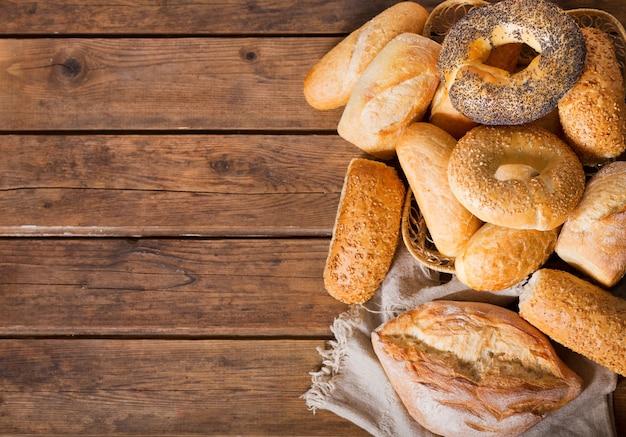 Misto di pane appena sfornato sulla tavola di legno, vista dall'alto
