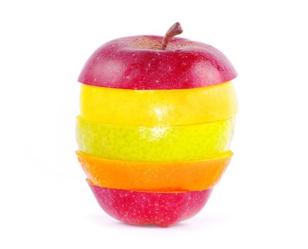 Frutta mista isolata su bianco