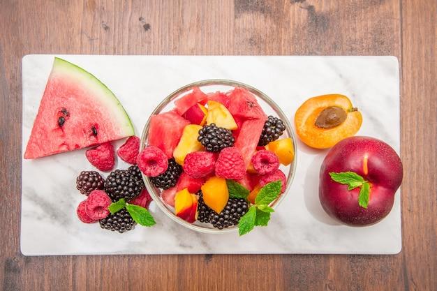 Macedonia di frutta mista con frutta fresca