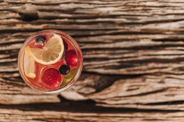Soda italiana di frutta mista per rinfresco estivo servita al tavolo