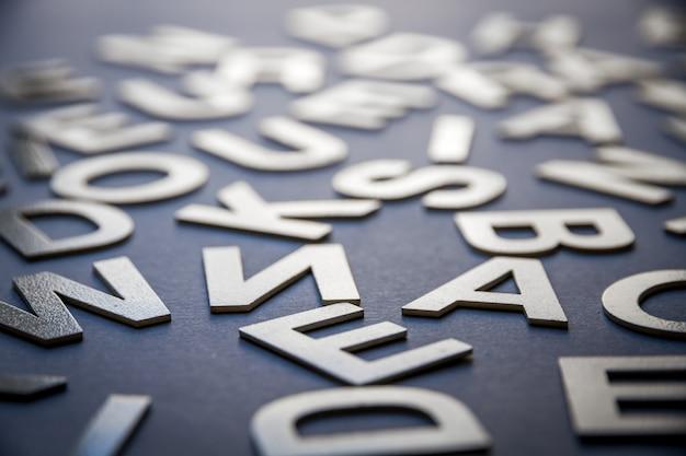 Foto mista del primo piano del mucchio delle lettere