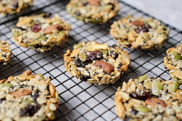 Noci miste e frutta secca e semi fiorentini, alimenti integrali senza glutine biscotti sani. impostato sul tavolo del bar.