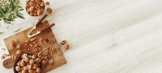 Noci miste sulla tavola di legno bianca dall'alto. cibo sano e snack. noci. illustrazione di rendering 3d
