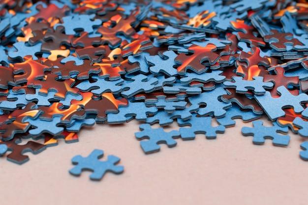 Pezzi misti del puzzle colorato