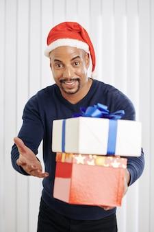 Uomo di razza mista con regali di natale