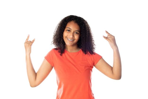 Donna di razza mista con simpatici capelli afro