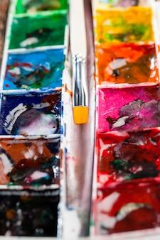 Colori misti insieme multicolori per la creatività e il disegno, olio e altri tipi di vernici durante la creatività, il processo creativo di disegno di una persona mescolando diversi colori di vernici