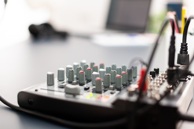 Mixer primo piano dello studio podcast di casa vlogger. influencer dei social media che registra contenuti professionali con attrezzature moderne e stazione di streaming internet digitale sul web