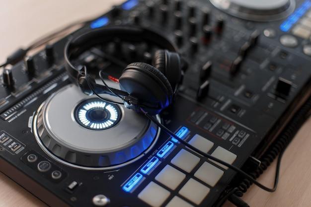 Console di mixaggio e cuffie audio per un dj