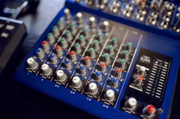 Primo piano della console di mixaggio, attrezzatura da studio di registrazione, nessuno. pannello mixer audio professionale, ingegnere del suono o posto di lavoro musicista, tavola armonica
