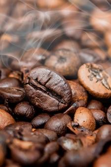 Miscela di diversi tipi di chicchi di caffè. sfondo di caffè