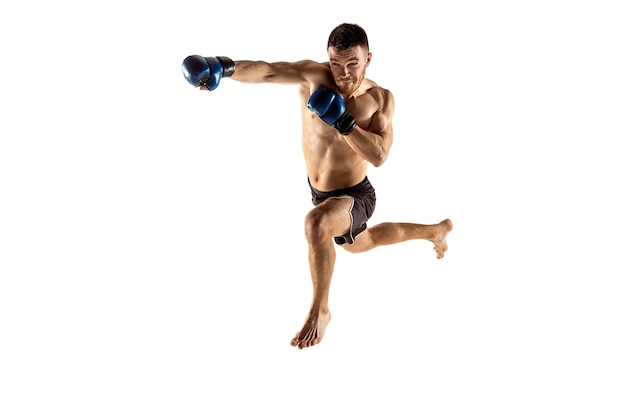 Mma. combattente professionista isolato su sfondo bianco studio. concetto di sport, competizione, eccitazione ed emozioni umane
