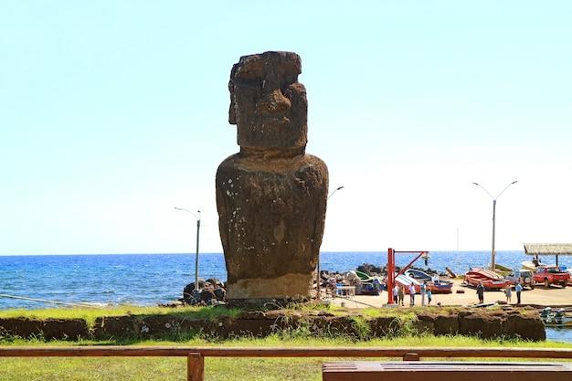 Moai della piattaforma cerimoniale di ahu hotake nella città di hanga roa isola di pasqua cile