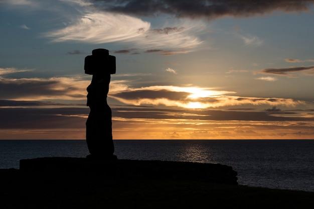 Statue moai al tramonto di rapa nui (isola di pasqua)
