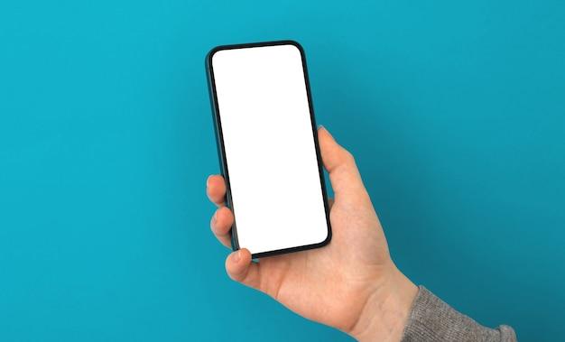 Mockup dello schermo dell'applicazione mobile, la persona utilizza lo smartphone su uno sfondo pastello, copia la foto dello spazio