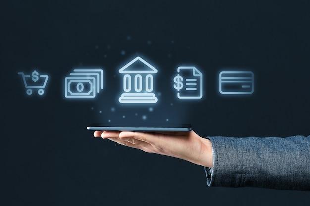 Concetto di mobile banking. la mano tiene lo smartphone con icone astratte di banca e servizi finanziari