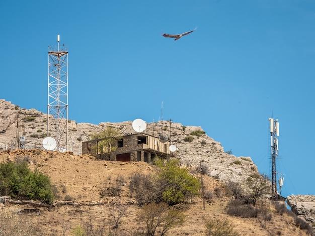 Torre di comunicazione mobile in montagna. stazione di montagna 4g.