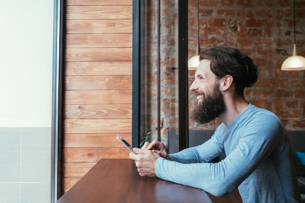 Dipendenza da dispositivi mobili. uomo che tiene compressa. reti sociali e concetto di inattività per il tempo libero