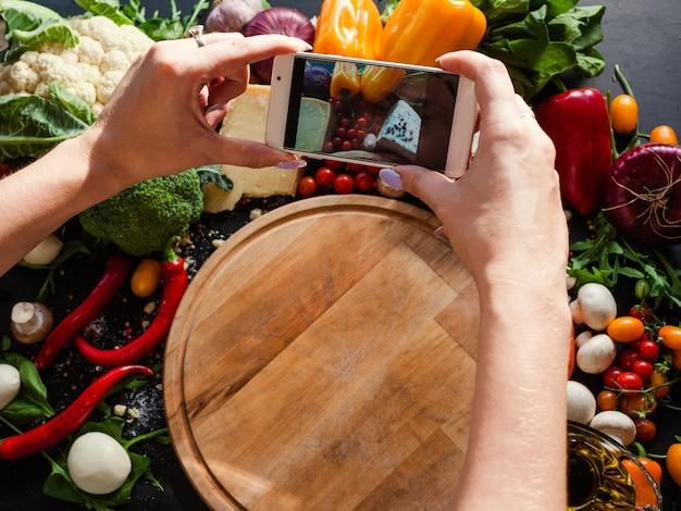 Fotografia di cibo mobile. blog social network concetto di tecnologia moderna