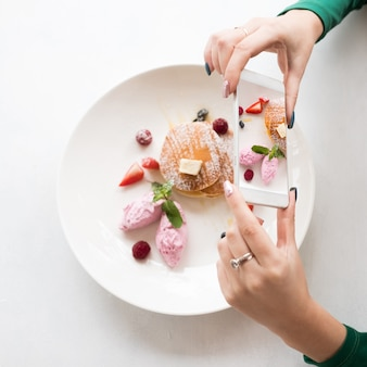 Fotografia di cibo mobile. dolce dolce. concetto di tecnologia moderna