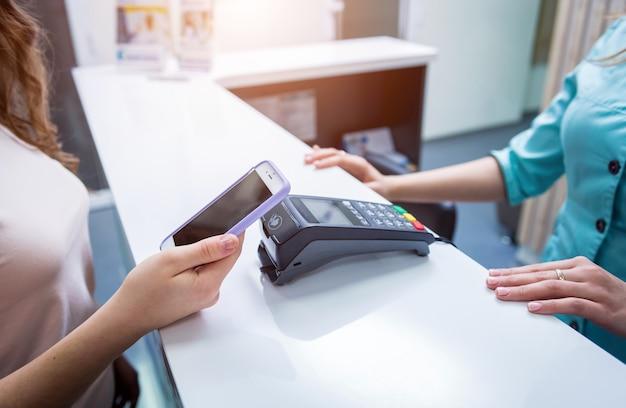 Concetto di pagamenti mobili con la moderna tecnologia nfc