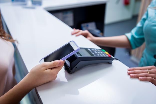 Concetto di pagamenti mobili con la moderna tecnologia nfc.