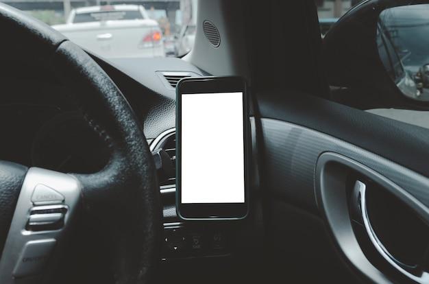 Telefono cellulare sulla presa d'aria dell'auto. vuoto con schermo bianco. mock up smart phone in auto.