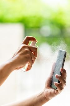 Pulizia del telefono cellulare con spray alcolico