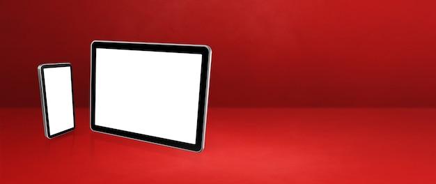 Telefono cellulare e tablet pc digitale sulla scrivania in ufficio rosso.