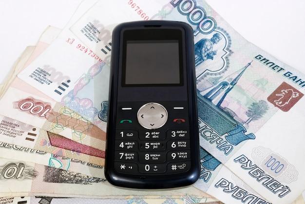 Telefono cellulare e denaro. sfondo bianco, isolato