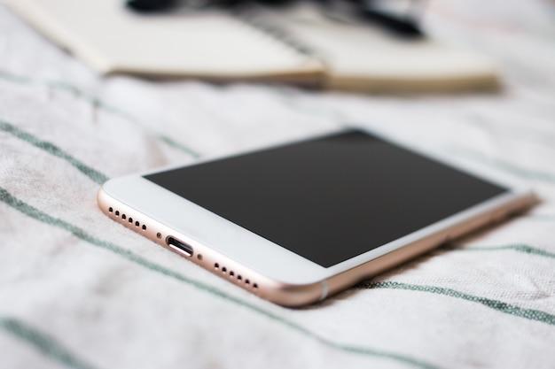 Cellulare, notebook, occhiali e matita