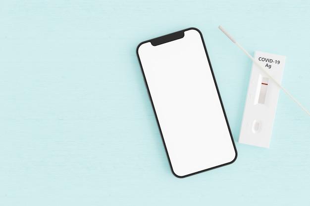 Telefono cellulare con test antigenico negativo