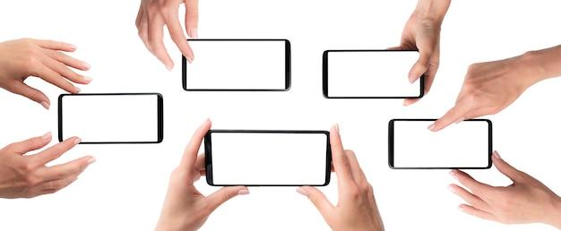 Telefoni cellulari con schermo attivo nelle mani delle donne