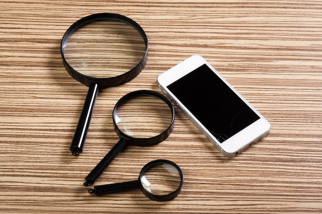 Smartphone mobile, lente d'ingrandimento. vista dall'alto.