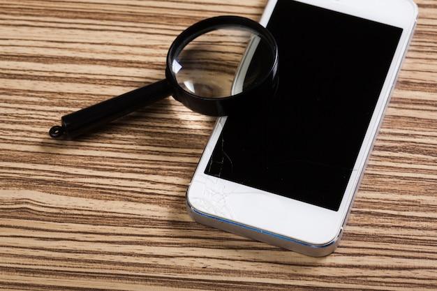 Smartphone mobile, lente d'ingrandimento. vista dall'alto. Foto Premium