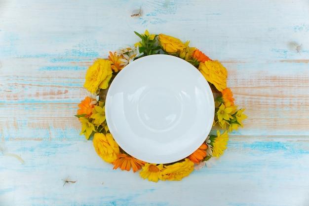 Mock up autunno piatto sfondo fiori autunnali su uno sfondo di legno. tempo d'autunno autunno copyspace time