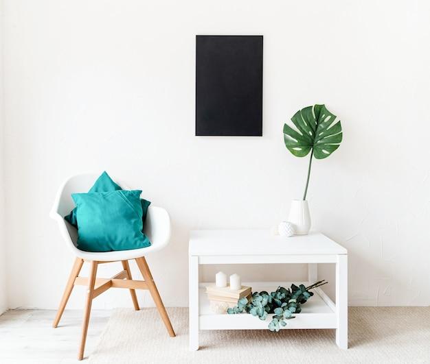 Mock up lavagna nera con decorazioni su sfondo bianco muro. copia spazio