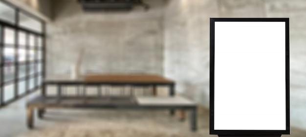 Derida sul tabellone per le affissioni di pubblicità in bianco nello spazio vuoto del caffè per la pubblicità