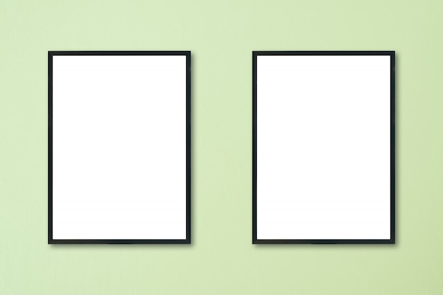 Derida sulla struttura in bianco che appende sulla parete nella sala.