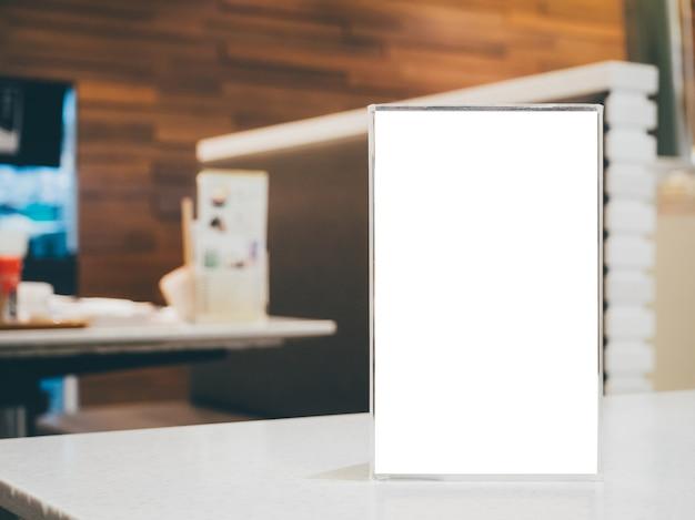 Mock up frame menu vuoto sul tavolo nel ristorante caffetteria