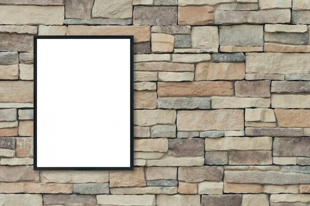 Derida sulla cornice in bianco del manifesto sul muro di mattoni.
