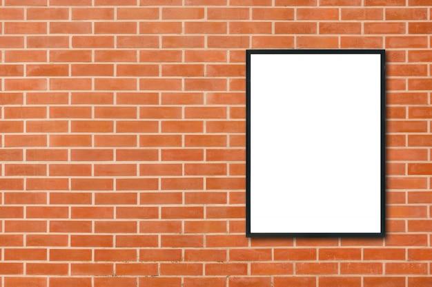Derida sulla cornice in bianco del manifesto che appende sul fondo rosso del muro di mattoni nella sala - può essere usato derisione su per i prodotti del montaggio visualizzi e progetti la disposizione visiva chiave. mock up poster in fondo interno.