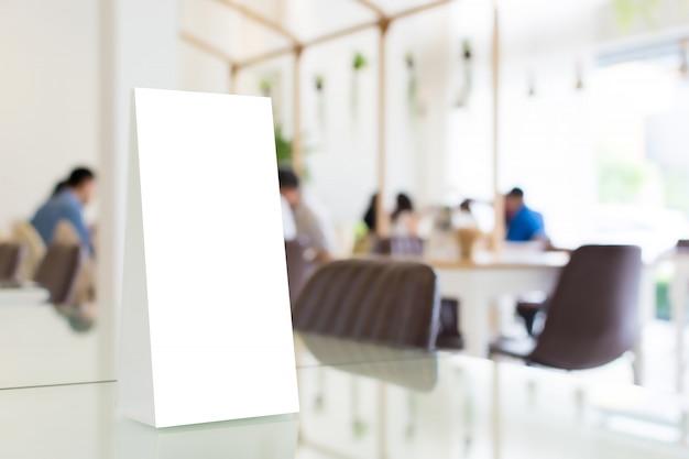 Mock up frame del menu modello vuoto nel ristorante con sfondo sfocato