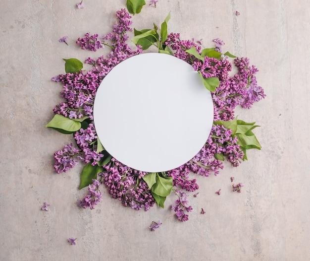 Cornice mock up con fiori lilla su sfondo viola
