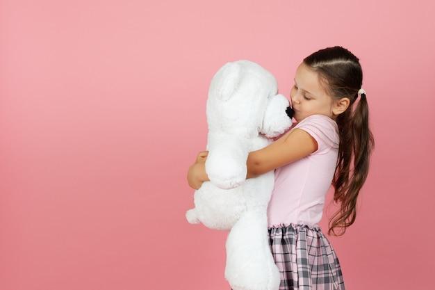 Mock up girl con coda di cavallo e abito rosa baci e abbracci orsacchiotto bianco