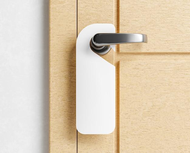 Mock up di un'etichetta appendiabiti su una porta di legno
