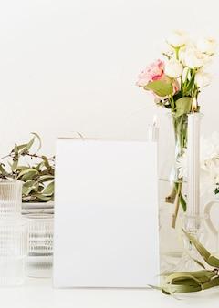 Mock up etichetta la cornice del menu vuota nel bar ristorante, supporto per opuscoli con fogli di carta bianca, carta tenda di plastica sul tavolo del ristorante