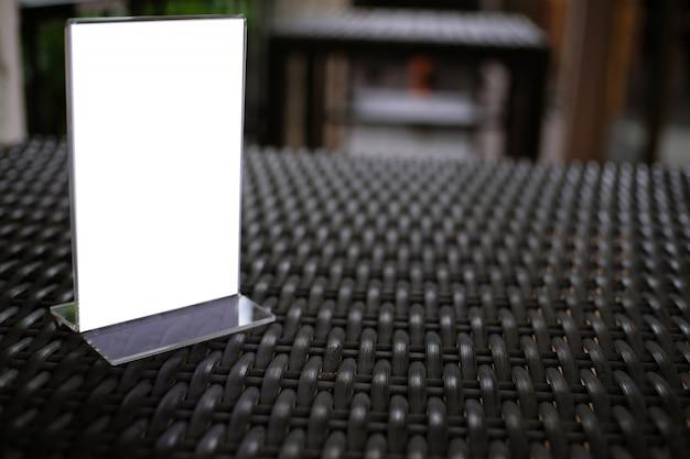 Mock up cornice di menu in piedi sul tavolo di legno nel bar ristorante bar. spazio per il testo